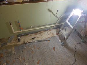 北九州市八幡東区でキッチンリフォームの水道配管作業